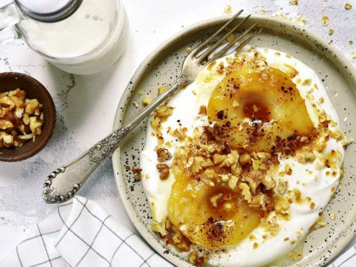 Poire caramélisée au yaourt et noix