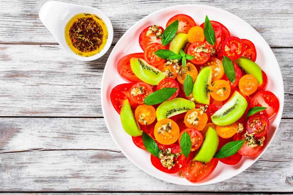 Salade aux tomates et kiwi