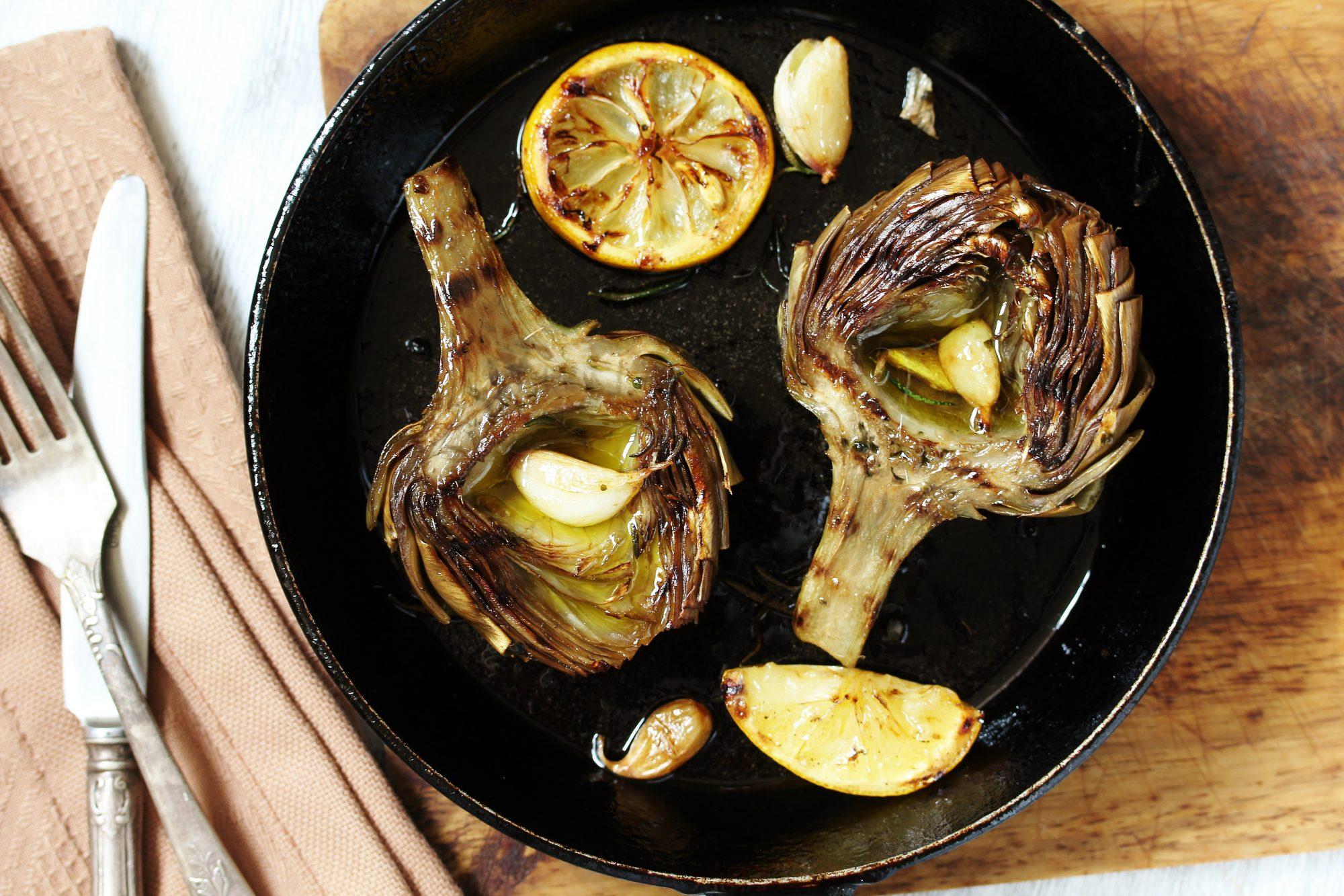 Artichauts grillés au citron et ail