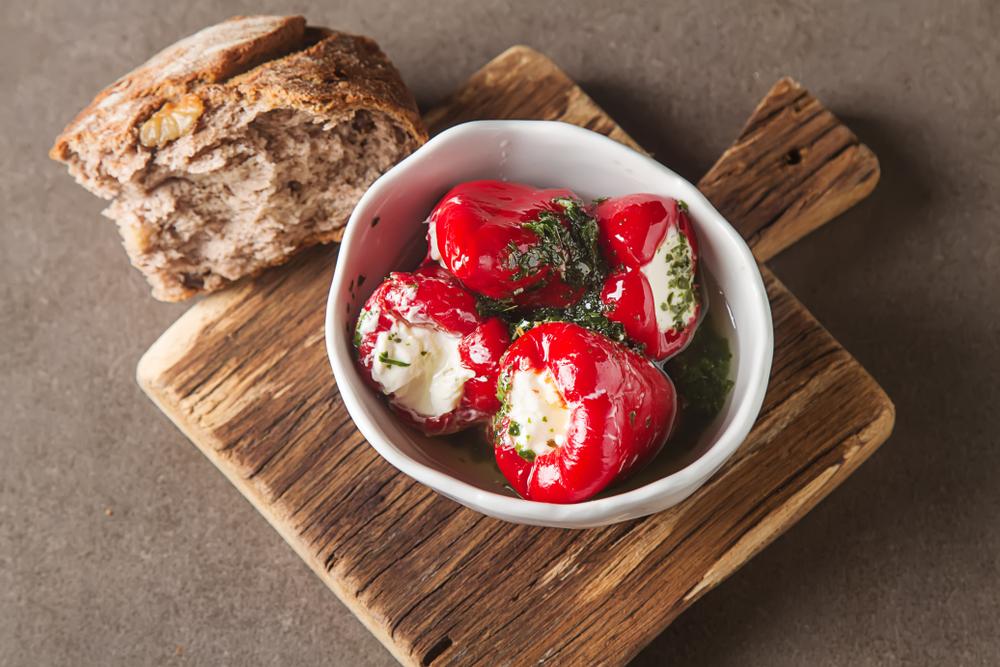 Poivrons rouges farcis au fromage frais